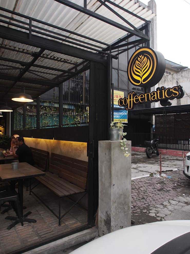 Disambut dengan outdoor area yang cozy.:  Restoran by Spasi Architects