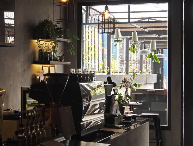 Area bar:  Restoran by Spasi Architects