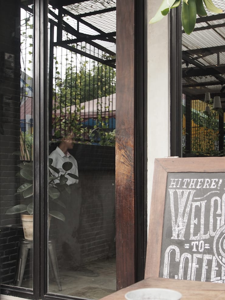 Pintu utama:  Restoran by Spasi Architects