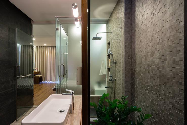 Biệt thự phố Mrs. Thúy Nga. Đường Lê Đại Hành. Nhiếp ảnh: Quang Dam:  Phòng tắm by Cty TNHH MTV Kiến trúc, Xây dựng Phạm Phú & Cộng sự - P+P Architects