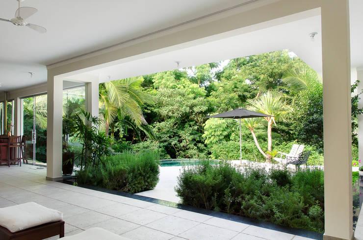 Terrazas de estilo  por Flavio Vila Nova Arquitetura