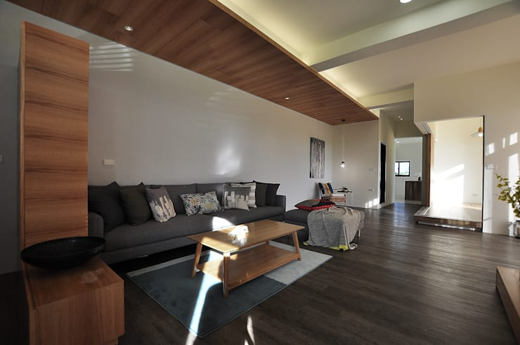 綠海之境,一步之遙:  客廳 by 青川室內設計有限公司