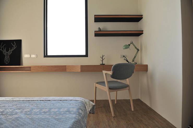 綠海之境,一步之遙:  臥室 by 青川室內設計有限公司