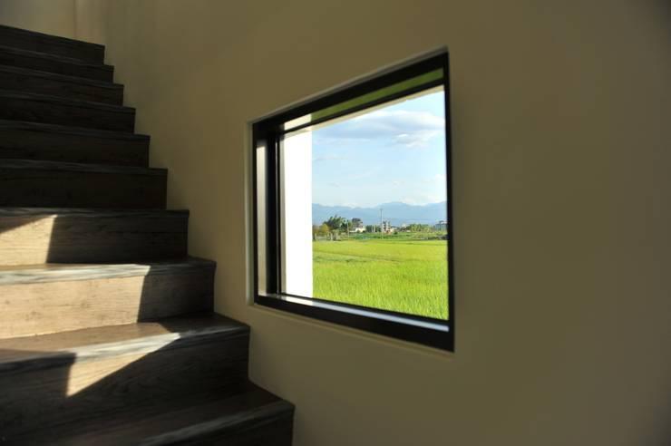 綠海之境,一步之遙:  牆面 by 青川室內設計有限公司