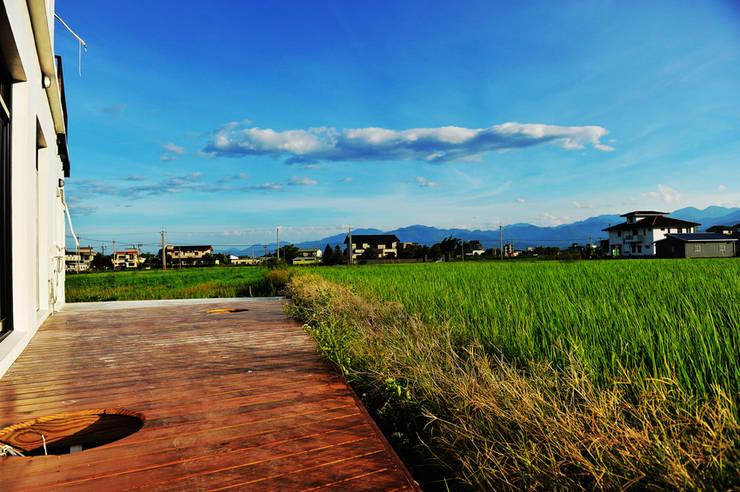 綠海之境,一步之遙:  庭院 by 青川室內設計有限公司