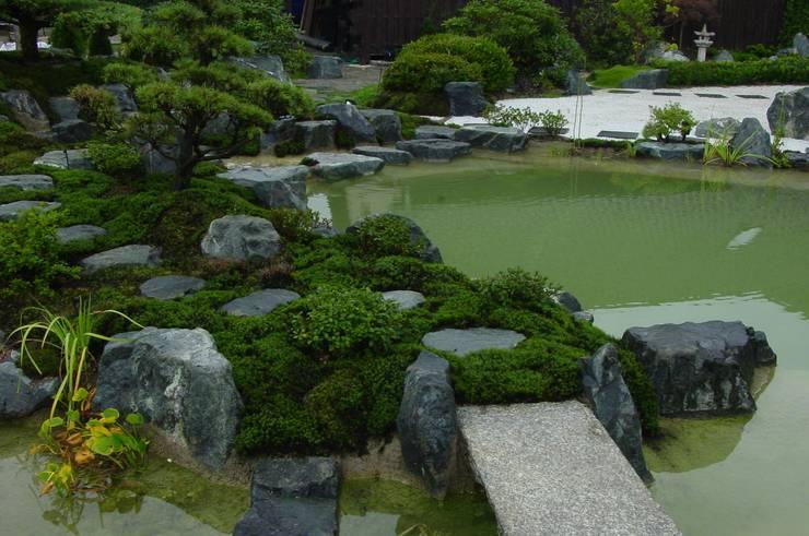 Moosgarten in Nord-Harz mit Teich und Wasserfall mit drei Kaskaden:   von japan-garten-kultur