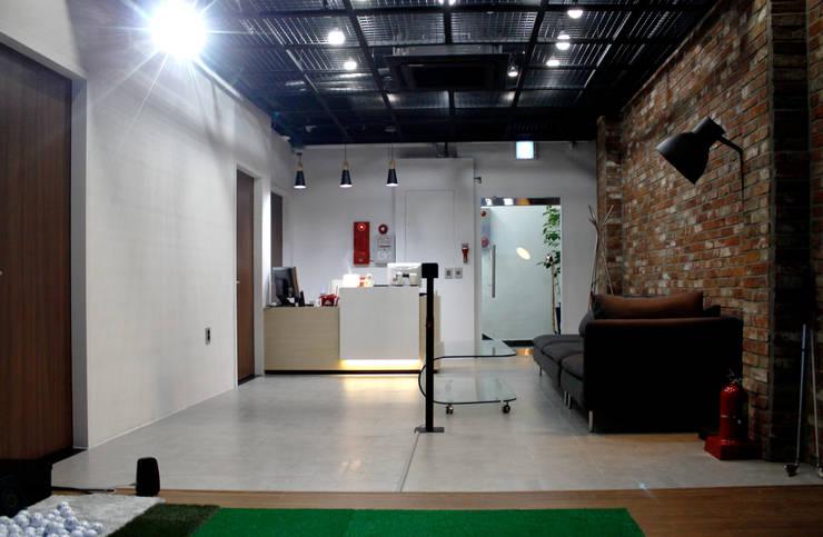 대치동 원스 골프 인테리어 인테리어: 휴먼스케일의  상업 공간