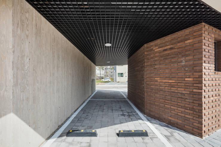 붐박스 하우스 (Boombox House): 투엠투건축사사무소의  차고,