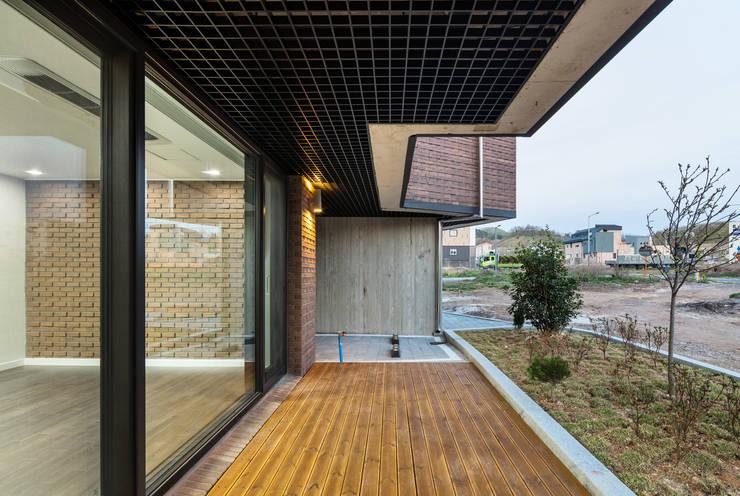붐박스 하우스 (Boombox House): 투엠투건축사사무소의  복도 & 현관,