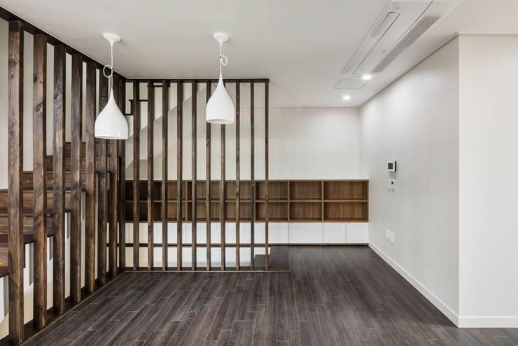붐박스 하우스 (Boombox House): 투엠투건축사사무소의  거실,