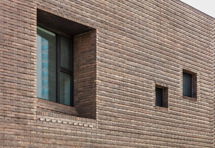 붐박스 하우스 (Boombox House): 투엠투건축사사무소의  주택,