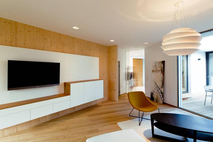 Livings de estilo moderno por PASCHINGER ARCHITEKTEN ZT KG