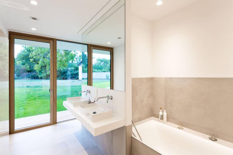 Baños de estilo moderno por PASCHINGER ARCHITEKTEN ZT KG