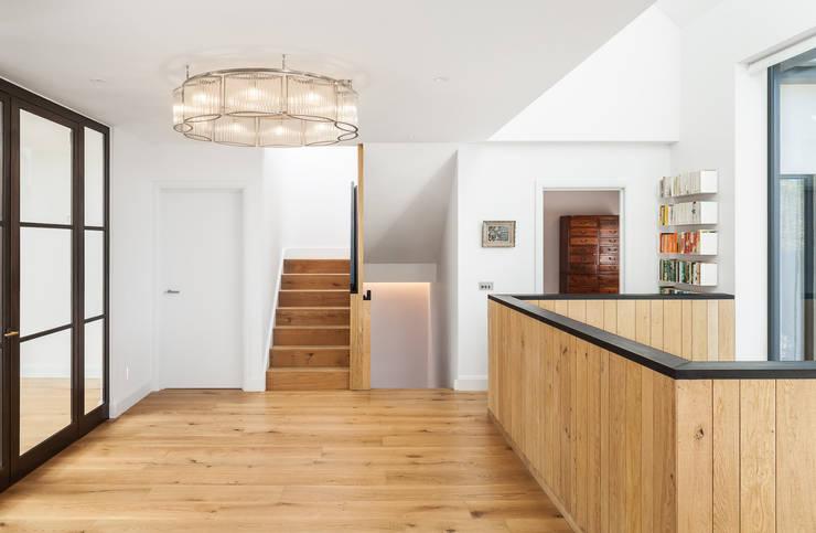 Коридор и прихожая в . Автор – Concept Eight Architects