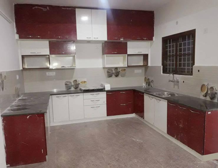 U Shaped Kitchen Interior Design:  Kitchen by Scale Inch Pvt. Ltd.