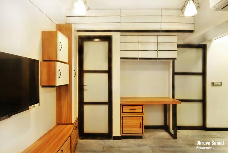 Residence at Vile Parle (E) - 02:  Living room by Dhruva Samal & Associates,Modern