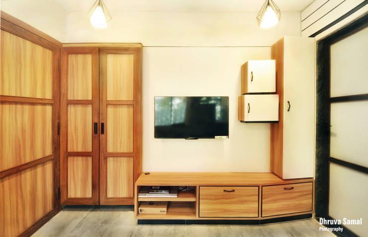 Residence at Vile Parle (E)—02:  Living room by Dhruva Samal & Associates,Modern
