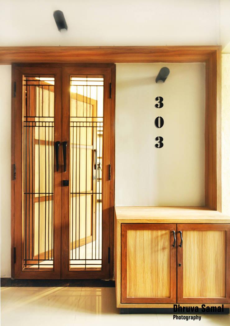 Residence at Vile Parle (E)—02:  Corridor & hallway by Dhruva Samal & Associates,Modern
