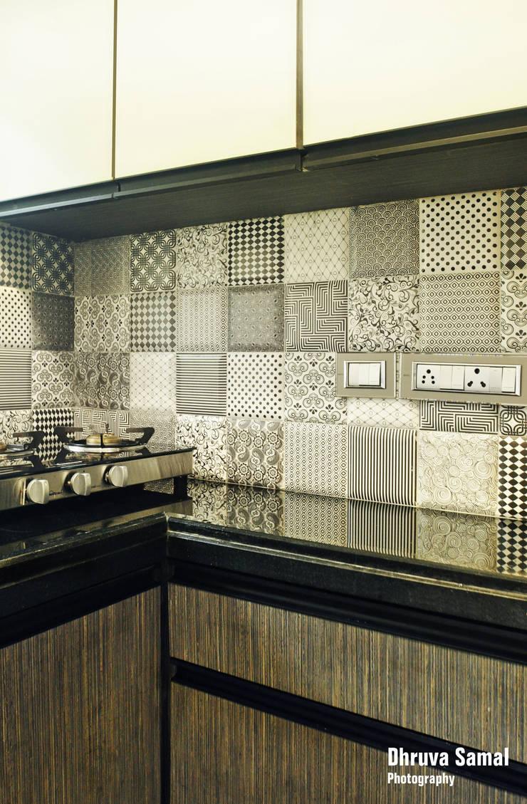 Residence at Vile Parle (E)—02:  Kitchen units by Dhruva Samal & Associates,Modern