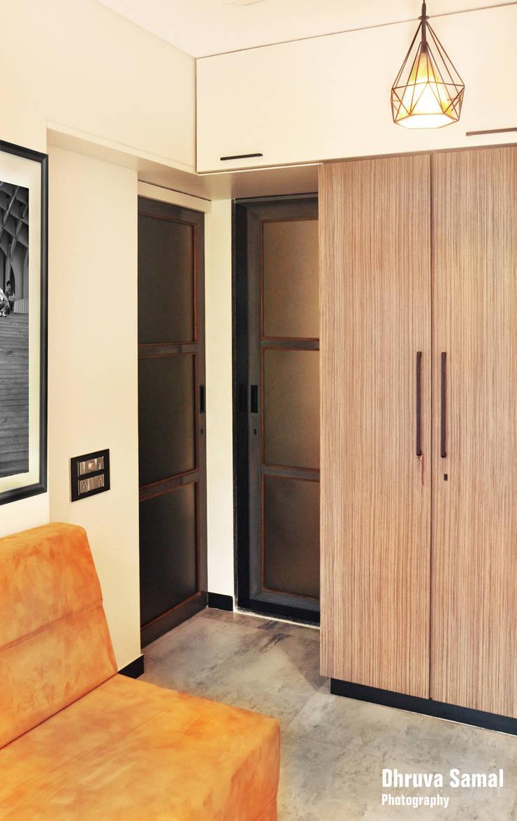 Residence at Vile Parle (E)—02:  Bedroom by Dhruva Samal & Associates,Modern