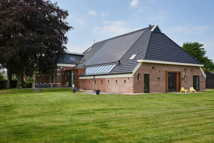 Woonboerderij Onnen - Achterzijde:  Huizen door MINT Architecten, Landelijk