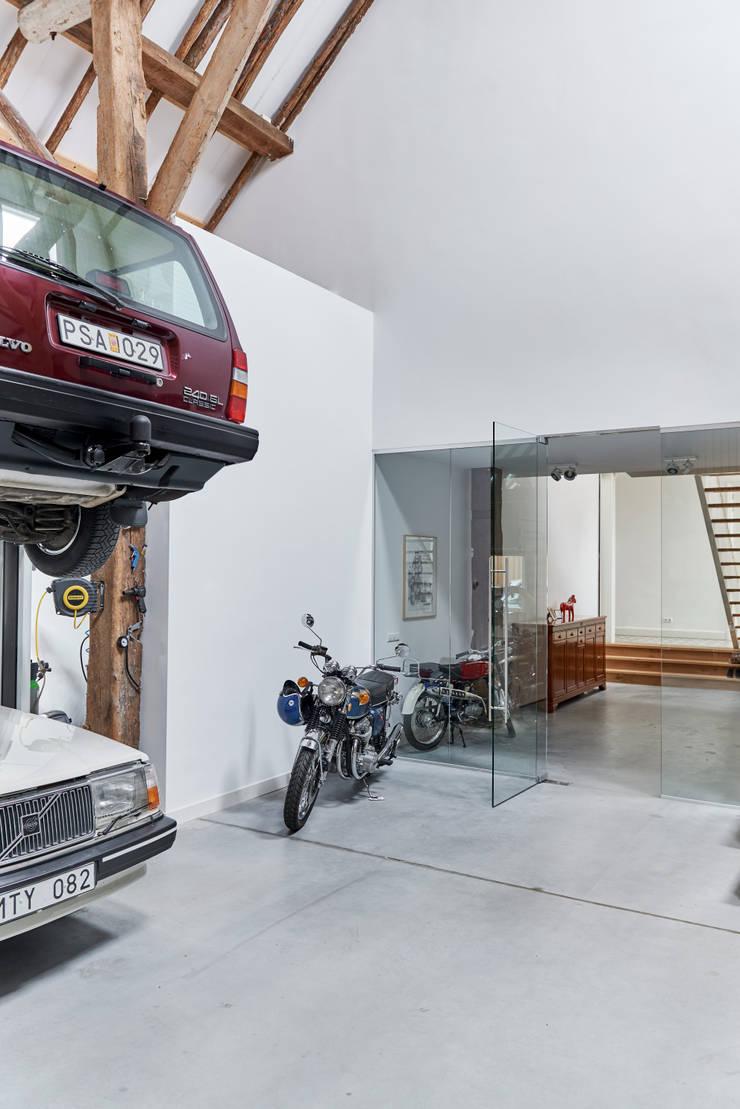 Woonboerderij Onnen - Verzameling oude auto's:  Garage/schuur door MINT Architecten, Landelijk
