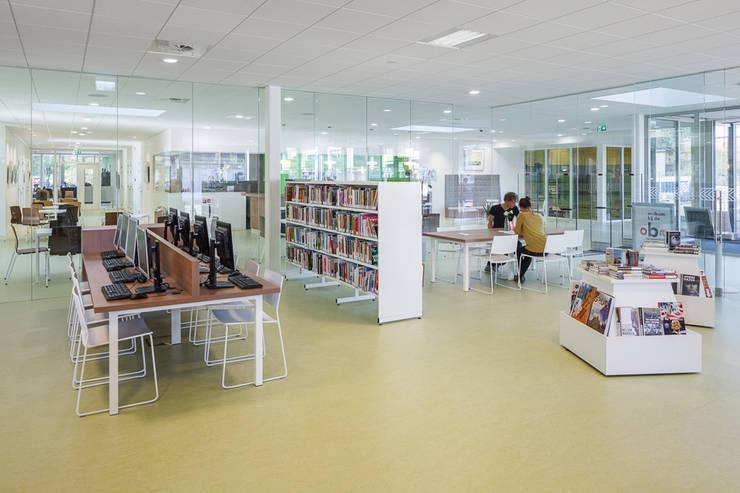 Bibliotheek in Dorpshuis Duivendrecht:  Kantoor- & winkelruimten door MINT Architecten, Modern