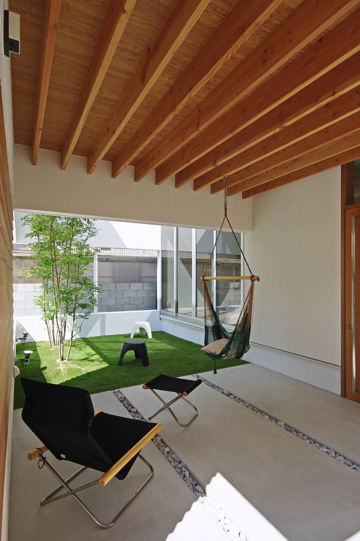 ポーチ: 空間建築-傳 一級建築士事務所が手掛けた木造住宅です。