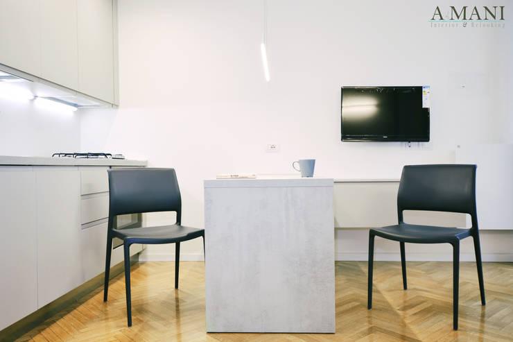 Zona Cucina/Pranzo: Cucina attrezzata in stile  di A4MANI - Interior & Architecture