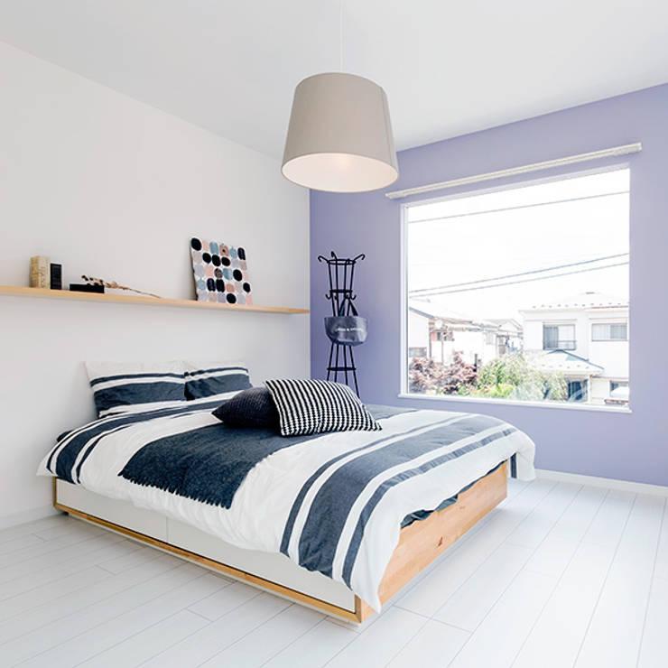 Dormitorios de estilo ecléctico por オレンジハウス