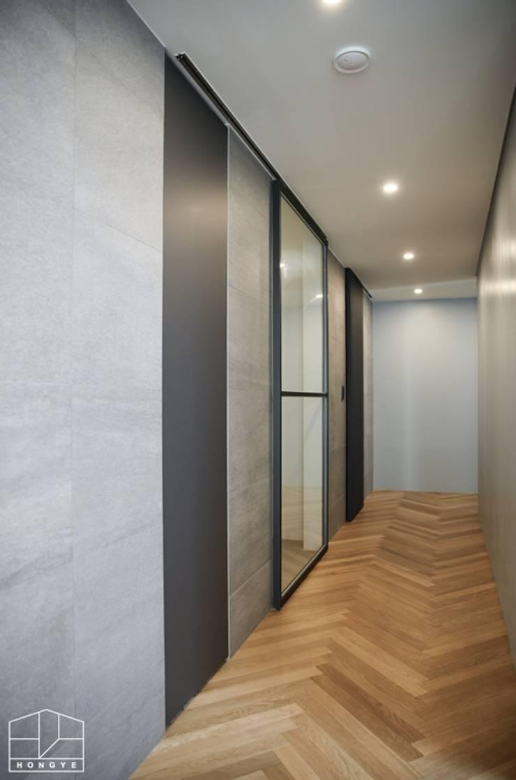 40평대 아파트 인테리어 모아보기: 홍예디자인의  복도 & 현관,모던