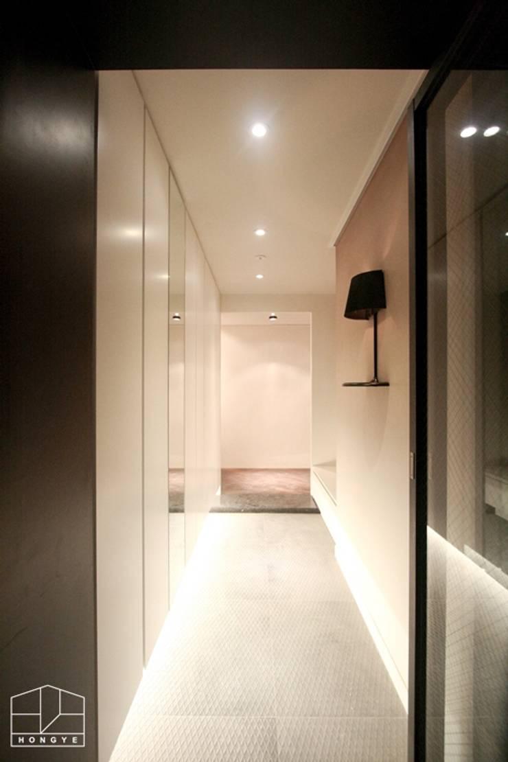 40평대 아파트 인테리어 모아보기: 홍예디자인의  복도 & 현관,미니멀