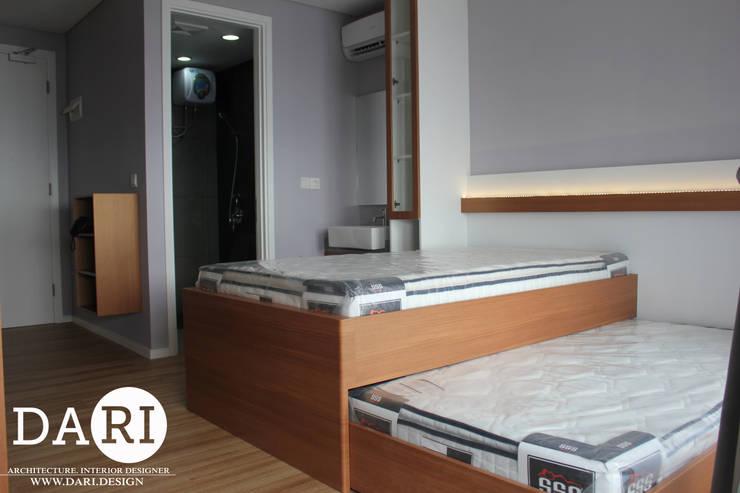 2 in 1 and bedside shelfing :  Bedroom by DARI