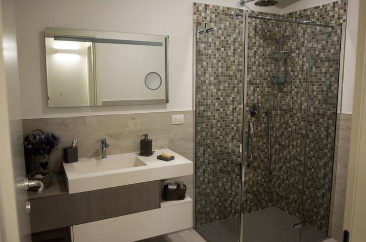 il bagno: Camera da letto in stile  di Studio Tecnico Progettisti Associati Ing. Marani Marco & Arch. Dei Claudia