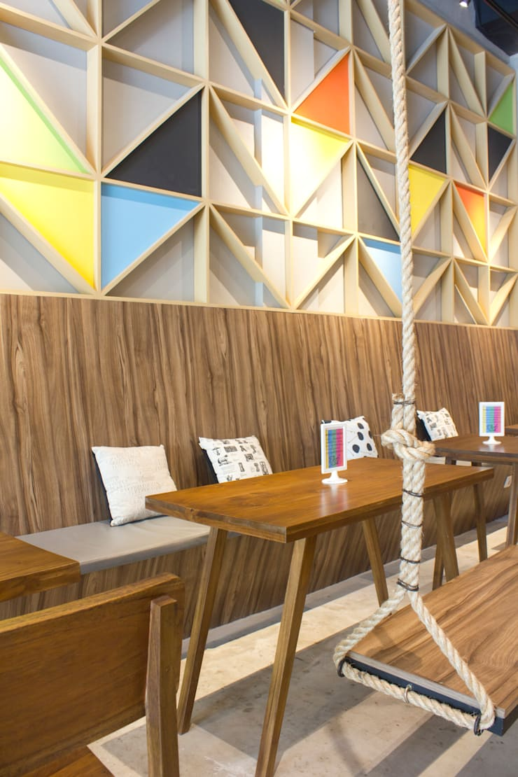 Eating Area- 1st Floor:  Restoran by TIES Design & Build