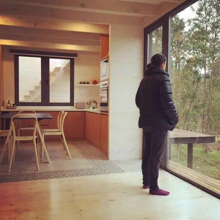 CASA TUCA: Livings de estilo  por ERKSTUDIO