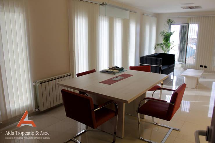 Oficina E,mpresa: Oficinas y locales comerciales de estilo  por Aida Tropeano & Asoc.,