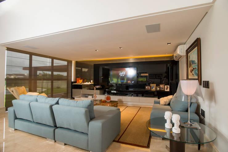modern Media room by Danielle Valente Arquitetura e Interiores