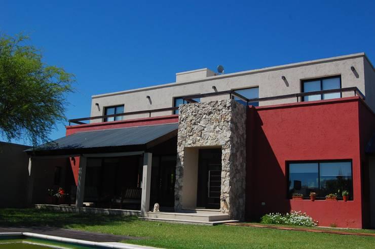 Fachada ingreso principal: Casas unifamiliares de estilo  por Estudio 6