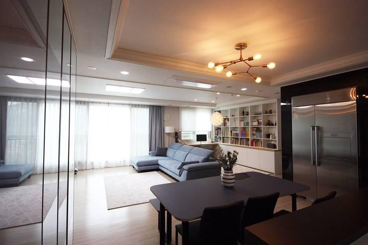 김포 32평 시공을 최소화한 새아파트 홈스타일링: homelatte의  거실,모던