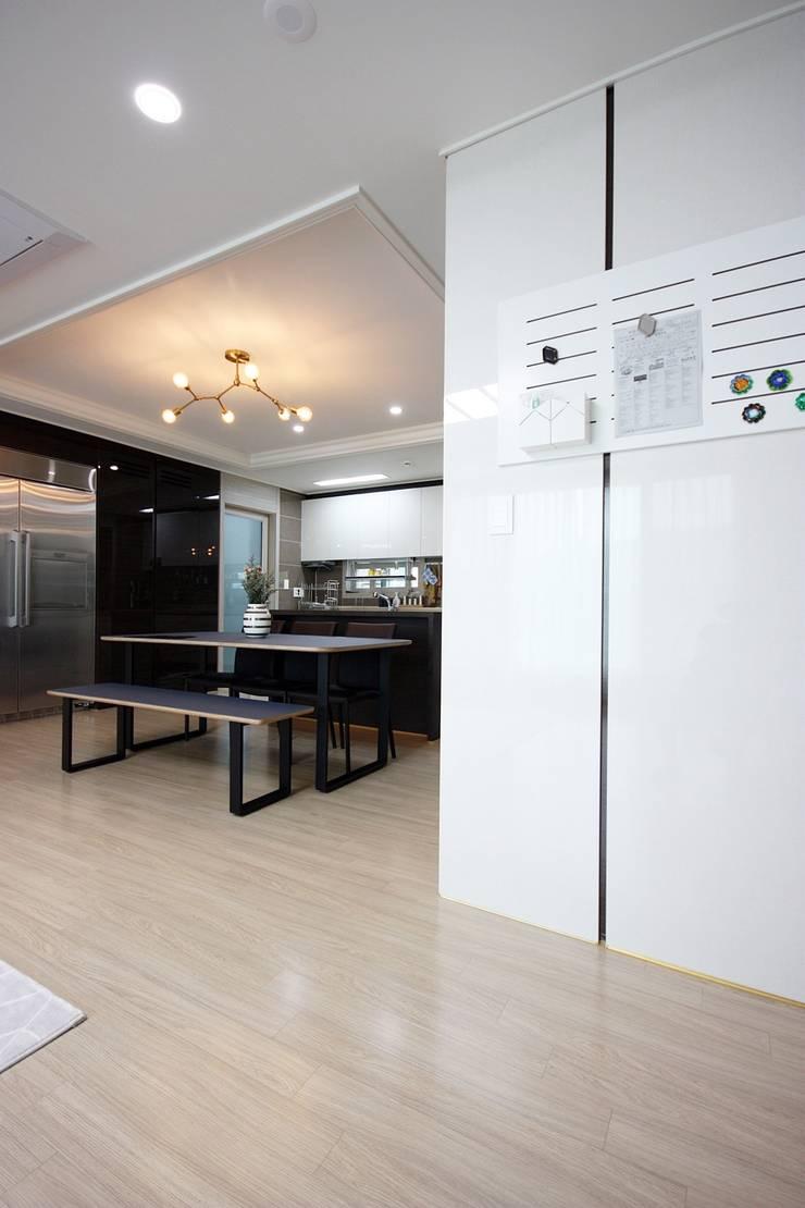 김포 32평 시공을 최소화한 새아파트 홈스타일링: homelatte의  주방,모던