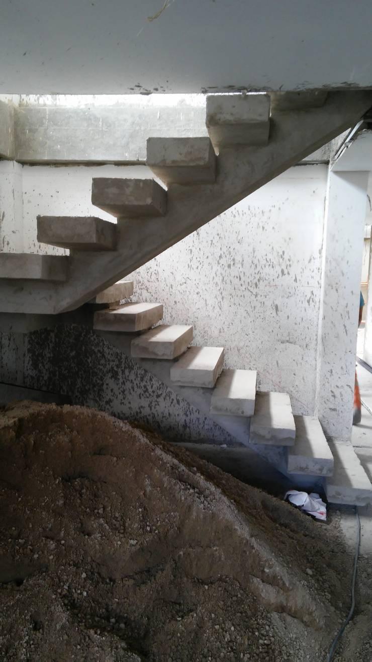 CASAS MODELIA.: Pasillos y vestíbulos de estilo  por CELIS & CELIS INGENIEROS CONSTRUCTORES S.A.S