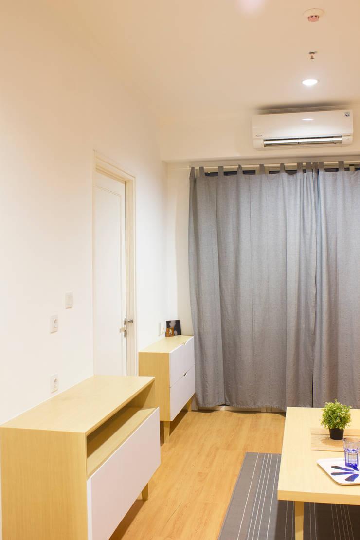 Living Room:  Ruang Keluarga by TIES Design & Build