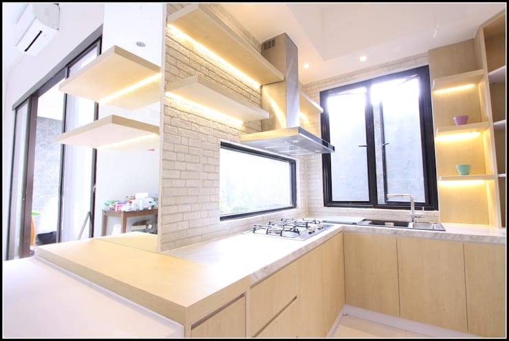 Warm and Tidy Kitchen :  Kitchen by a+Plan Architect and Interior Works