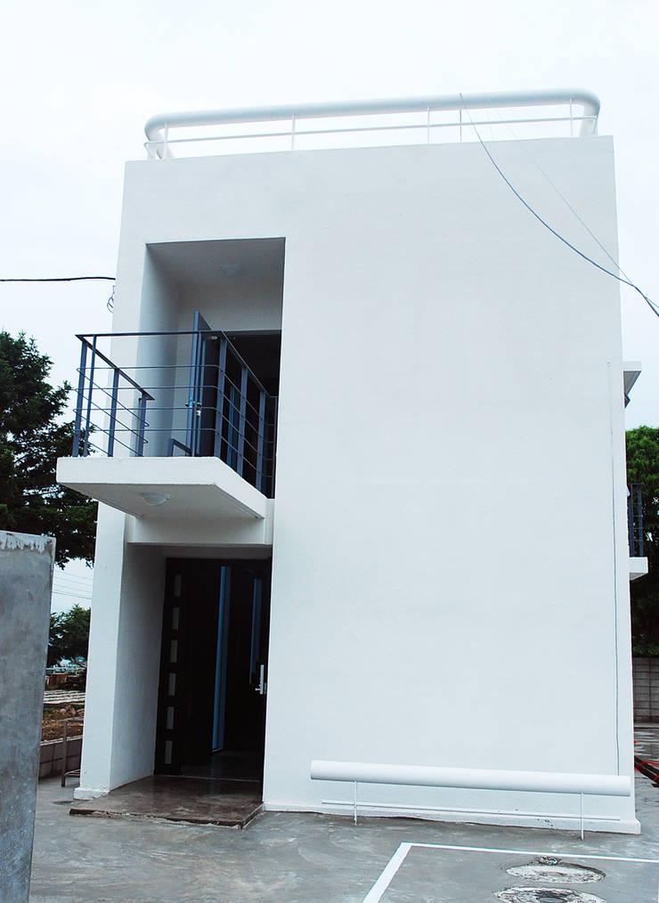 건물외관: 디자인모리의  주택,
