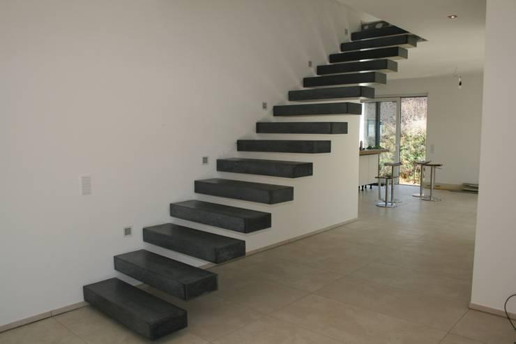 Kragarmtreppe mit Sichtbetonstufen:  Flur & Diele von Traumraum&beton DESIGN by NONNAST