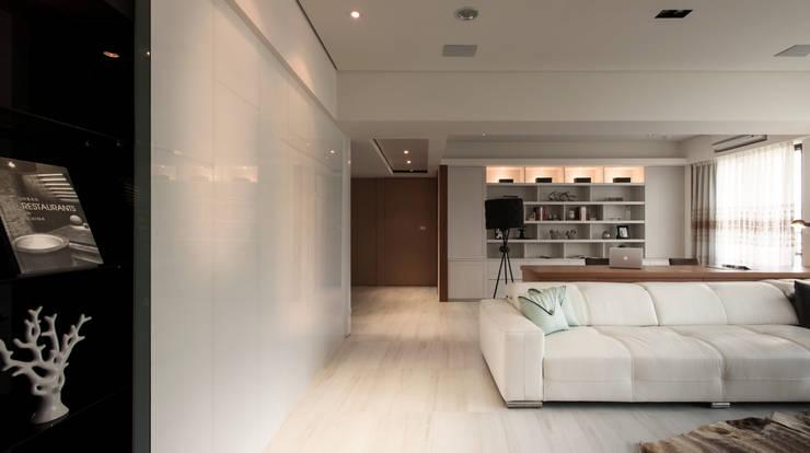明水苑 | 稜線:  客廳 by 北歐制作室內設計