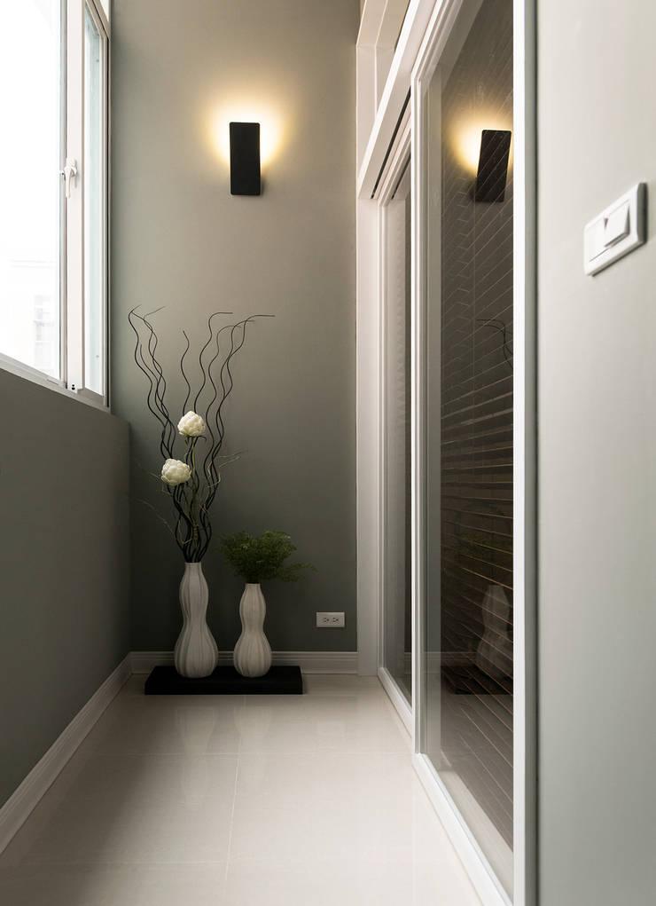 Pasillos y recibidores de estilo  por 北歐制作室內設計
