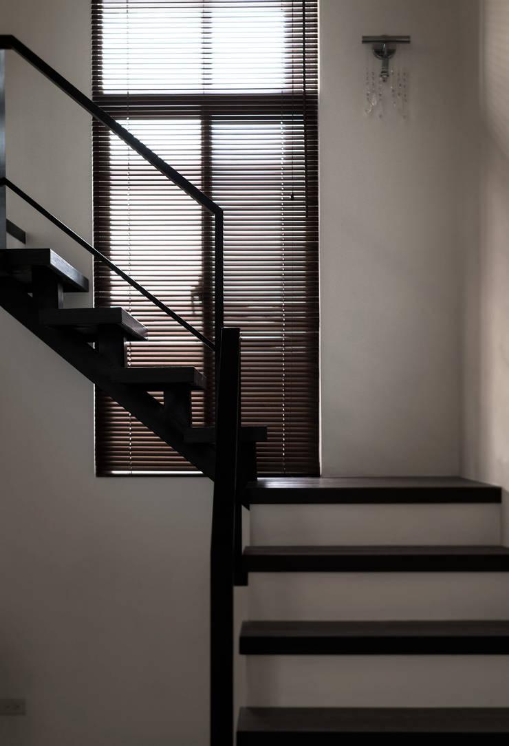 Escaleras de estilo  por 北歐制作室內設計
