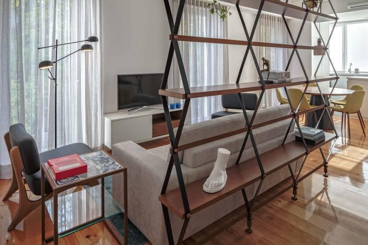 HALL | LIVING ROOM: Salas de estar  por Conceitos Itinerantes